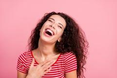 Het portret van de close-upfoto van positieve optimistische aardige blije oprechte gek met het toothy richten glimlacht zij haar  royalty-vrije stock foto