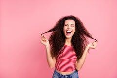 Het portret van de close-upfoto van het positieve vrij blije optimistische vrolijk gekscheren grimassen trekkend zij haar krullen royalty-vrije stock afbeeldingen