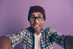 Het portret van de close-upfoto van vrolijk onbezorgd gek studenten millennial makend nemend beeld isoleerde violette achtergrond stock foto's