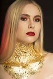 Het portret van de close-upmanier van mooie jonge vrouw met rode lippen Stock Afbeeldingen