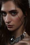 Het portret van de close-upmanier van amazone met grote ogen en pendan stock foto's