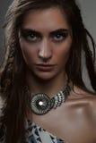 Het portret van de close-upmanier van brunette met grote ogen en tegenhanger stock foto