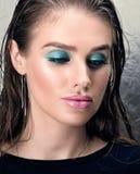 Het portret van de close-upschoonheid van mooie jonge vrouw met heldere make-up voor ogen en lippen Stock Foto's