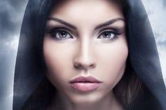 Het portret van de close-upschoonheid van donkerbruine vrouw Stock Foto's