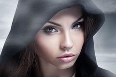 Het portret van de close-upschoonheid van donkerbruine vrouw Royalty-vrije Stock Foto's