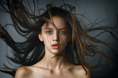 Het portret van de close-upschoonheid van een sexy donkerbruin meisje met vliegend haar Royalty-vrije Stock Afbeelding