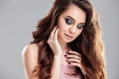 Het portret van de close-upschoonheid van jonge vrouw met natuurlijk make-up en kapsel Royalty-vrije Stock Afbeelding