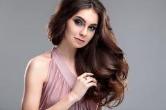 Het portret van de close-upschoonheid van jonge vrouw met natuurlijk make-up en kapsel Royalty-vrije Stock Foto