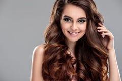 Het portret van de close-upschoonheid van jonge vrouw met natuurlijk make-up en kapsel Stock Afbeeldingen