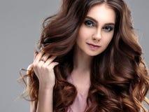 Het portret van de close-upschoonheid van jonge vrouw met natuurlijk make-up en kapsel Royalty-vrije Stock Fotografie