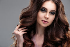 Het portret van de close-upschoonheid van jonge vrouw met natuurlijk make-up en kapsel Stock Foto's