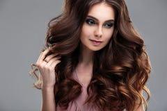 Het portret van de close-upschoonheid van jonge vrouw met natuurlijk make-up en kapsel Stock Foto
