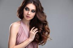 Het portret van de close-upschoonheid van jonge vrouw met natuurlijk make-up en kapsel Stock Fotografie