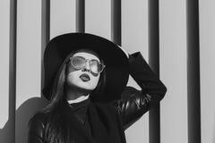 Het portret van de close-upstraat van schitterende jonge vrouw draagt hoed en gl Royalty-vrije Stock Afbeeldingen