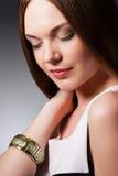 Het portret van de close-upvrouw met gesloten ogen Royalty-vrije Stock Foto's