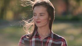 Het portret van de dalingsvrouw in de stadspark van het de herfstgebladerte Mooie vrouw die in bos in rood dromen stock video