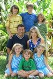 Het portret van de familie buiten Stock Afbeelding
