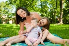 Het portret van de familie - moeder met kinderen Stock Afbeeldingen