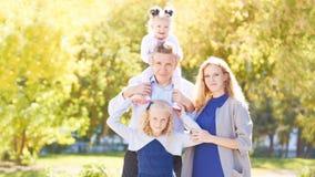 Het portret van de familie Mooi landschap Groene Bomen royalty-vrije stock fotografie