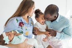 Het portret van de familie op een witte achtergrond Gelukkige multi-etnische familie Familiewaarden royalty-vrije stock foto's