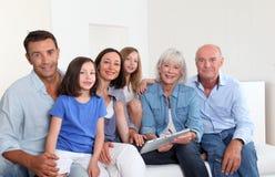 Het portret van de familie thuis Stock Afbeelding