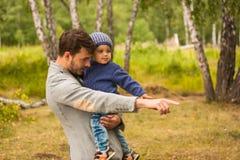 Het portret van de familie Vaderspel met zijn kind Vader die een kind in zijn wapens houden Zij zijn gelukkig Het gelukkige famil Royalty-vrije Stock Foto's