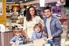 Het portret van de familie in winkel Stock Fotografie
