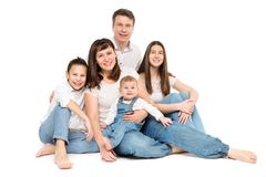 Het Portret van de familiestudio, Gelukkige Ouders en Drie Kinderen op Wit stock foto