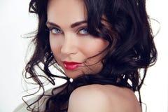 Het portret van de glamour van mooi sexy vrouwenmodel met make-up en r Stock Foto