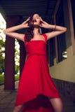 Het portret van de glamourclose-up van mooi sexy modieus donkerbruin Kaukasisch jong vrouwenmodel met heldere make-up, met rode do Stock Foto's
