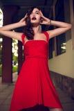 Het portret van de glamourclose-up van mooi sexy modieus donkerbruin Kaukasisch jong vrouwenmodel met heldere make-up, met rode do Royalty-vrije Stock Foto