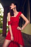 Het portret van de glamourclose-up van mooi sexy modieus donkerbruin Kaukasisch jong vrouwenmodel met heldere make-up, met rode do Royalty-vrije Stock Fotografie