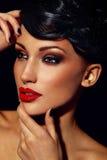 Het portret van de glamourclose-up van mooi sexy modieus donkerbruin Kaukasisch jong vrouwenmodel met heldere make-up, met rode li stock afbeeldingen