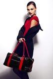 Het portret van de glamourclose-up van mooi sexy modieus donkerbruin Kaukasisch jong vrouwenmodel in rode kleding met zwarte B royalty-vrije stock afbeelding