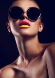 Het portret van de glamourclose-up van mooie sexy modieuze wijze in zonglazen met heldere kleurrijke lippen met perfecte schone hu royalty-vrije stock foto