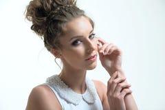 Het portret van de glamourdame in luxekleding Royalty-vrije Stock Fotografie