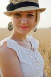Het portret van de glimlachende blonde vrouw Royalty-vrije Stock Foto