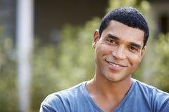 Het portret van de glimlachende jonge Afrikaanse Amerikaanse mens, sluit omhoog stock afbeeldingen
