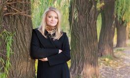 Het portret van de herfst van blonde meisje royalty-vrije stock fotografie