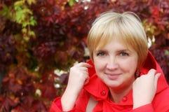 Het portret van de herfst van blonde vrouw Stock Foto