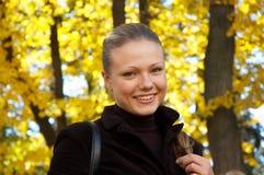Het portret van de herfst van een meisje stock afbeeldingen
