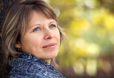 Het portret van de herfst van een mooie vrouw Stock Foto's