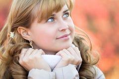 Het portret van de herfst van een mooie vrouw Stock Afbeeldingen