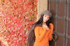 Het portret van de herfst van mooi jong vrouwelijk model Royalty-vrije Stock Afbeeldingen