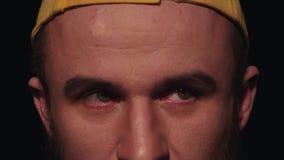Het portret van de jonge Kaukasische mens met baard in geel GLB vermindert rusteloze ogen stock videobeelden
