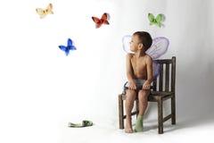 Het portret van de jongen met vlinders Stock Afbeelding