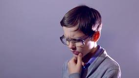Het portret van de jongenstiener nerd denkt probleemschooljongen stock videobeelden