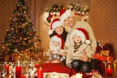 Het Portret van de Kerstmisfamilie in de Zaal van de Huisvakantie, in Santa Hat stock foto