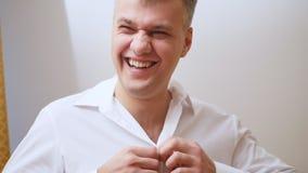Het portret van de Knappe, vrolijke, lachende mens van dertig jaar oud kleedt wit overhemd stock video