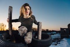 Het portret van de legerstijl van leuke dame op de winterachtergrond Stock Afbeelding